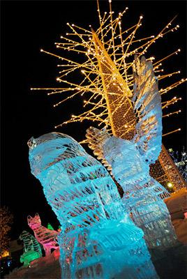 半透明の氷の像がライトアップされる様は本当にきれいです。