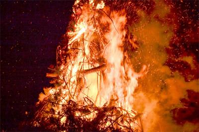 どんど焼きという、正月で用いた飾りなどを一斉に焼き納める行事があります