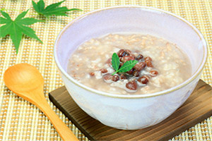 小豆粥を食べる