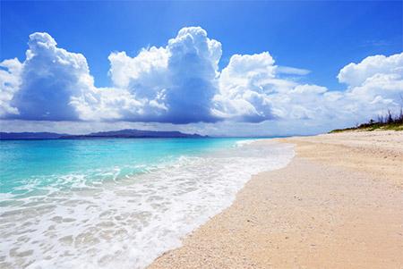 スコールのようにザーッと降って、降りやむと青空が広がることが多いのが沖縄の梅雨の特徴です。