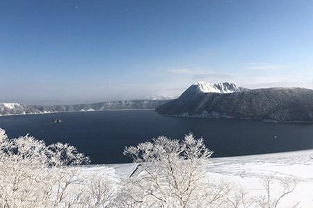 美しい樹氷と白くたおやかな洞爺湖の景色。
