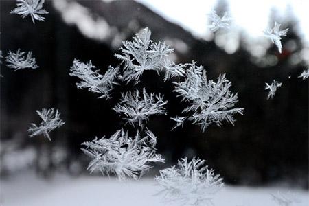 「ダイヤモンドダスト」と呼ばれる氷の結晶の雪のコラボ